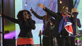 Wyclef Jean (M.) mit haitianischer Flagge um den hals beim Auftritt für 'Hope for Haiti Now' (Foto: AP)