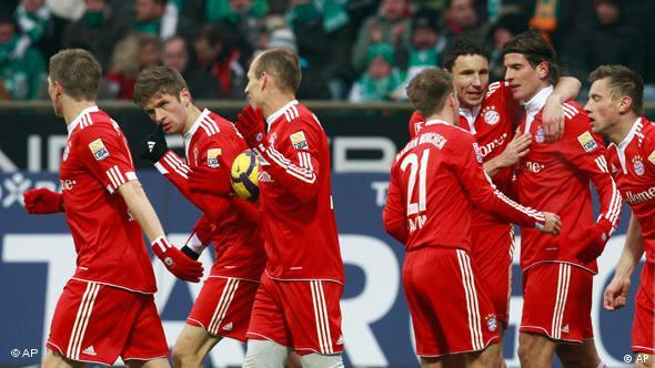 Die Münchner Bastian Schweinsteiger, Thomas Müller, Arjen Robben, Philipp Lahm, Mark van Bommel und Mario Gomez feiern Ivica Olic (v.l.) nach dessen Tor (Foto: AP)