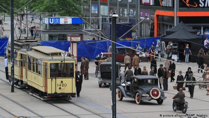 Berlin filming of Babylon Berlin on Alexanderplatz (picture-alliance/TSP/T. Rückeis)