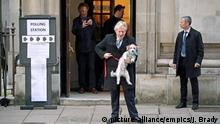 UK Wahlen 2019 l Premierminister Johnson mit seinem Hund Dilyn vor der Wahlstation in London