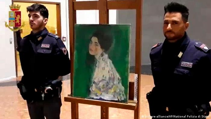 police officers standing next to painting which was found inside a gallery's wall (picture-alliance/AP/National Polizia di Stato)