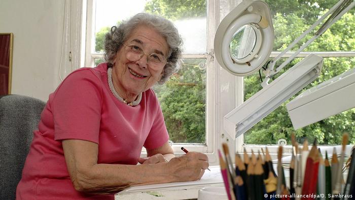Judith Kerr sitzt an ihrem Zeichentisch und lächelt in die Kamera. (picture-alliance/dpa/D. Sambraus)