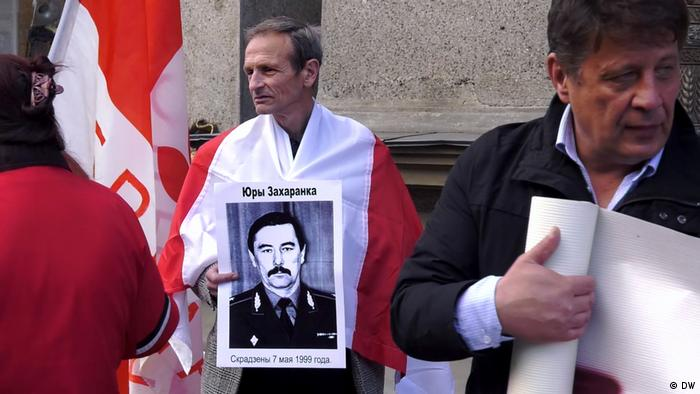 Демонстрант държи плакат с лика на убития бивш беларуски опозиционен лидер Юрий Захаренко
