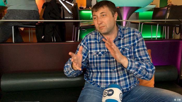 Юрий Гаравский во время интервью DW