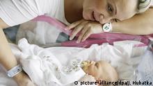 Mutter mit ihrem neugeborenen Baby   Verwendung weltweit, Keine Weitergabe an Wiederverkäufer.
