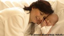 Mutter mit Baby, Mädchen | Verwendung weltweit, Keine Weitergabe an Wiederverkäufer.