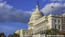 Blick auf das Kapitol in Washington. Das Kapitol ist der Sitz des US-Kongresses (Parlament) mit seinen beiden Kammern. Das Repräsentantenhaus ist im Südflügel (im Bild re.) untergebracht, der Senat im Nordflügel. Die Vorsitzende des Repräsentantenhauses Nancy Pelosi hat am 24.09.2019 angekündigt, dass die Demokraten ein Amtsenthebungsverfahren (Impeachment) gegen den umstrittenen US-Präsidenten Donald Trump einleiten werden. Trump steht aktuell wegen der sogenannten Ukraine-Affäre unter Druck. Das Kapitol wird jedes Jahr von mehr als drei Millionen Menschen besucht. (24.09.2019) | Verwendung weltweit