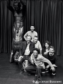 Γερμανό-Κυπριακή σύμπραξη: Το γλυπτό «Κάιν και Άβελ» του Τίλμαν Κρούμραϊ (καθιστός αριστερά) «ερμήνευσε» ο χορογράφος Φώτης Νικολάου (δεξιά)