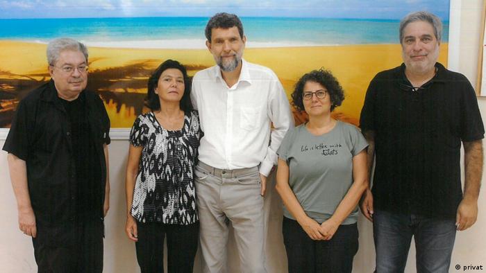 Silivri ziyareti: (Soldan sağa) Zeki Türkkan, Ayşe Buğra, Osman Kavala, Asena Günal ve Yiğit Ekmekçi