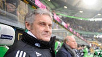 Wolfsburgs Trainer Armin Veh auf der Bank (Foto: AP)