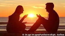 Friends or couple of teens talking at sunset ,model released, Symbolfoto PUBLICATIONxINxGERxSUIxAUTxONLY Copyright: xAntonioGuillemx Panthermedia26578074