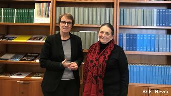 Elizabeth Lira (derecha) junto a Elke Gryglewski, del memorial de la Casa de la Conferencia de Wannsee. Ambas integran el equipo de expertos que trabaja en el concepto de sitio de memoria para Colonia Dignidad.