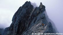 Stephen Koch hiking along a ridge on his way up Carstensz Pyramid while on an expedition to climb and snowboard the seven summits. Carstenz Pyramid is the summit of Oceania/ Australasia in Irian Jaya, Indonesia., Carstenz Pyramid Irian Jaya Indonesia model released Symbolfoto PUBLICATIONxINxGERxSUIxAUTxONLY Copyright: CoreyxRich 9654200040
