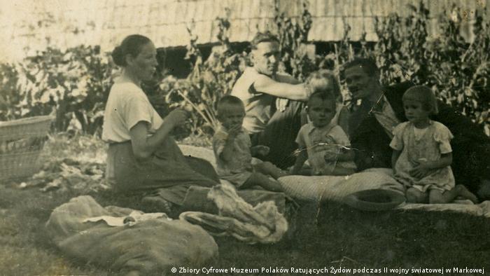Wiktoria i Józef Ulmowie z dziećmi. W środku Władysław Ulma, brat Józefa