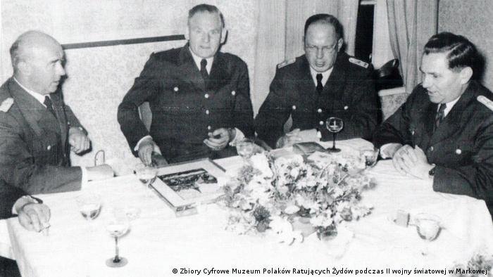 Lata 50. Eilert Dieken (drugi z lewej) w towarzystwie kolegów z komisariatu w Esens