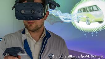 Сотрудников VW обучают с помощью очков виртуальной реальности