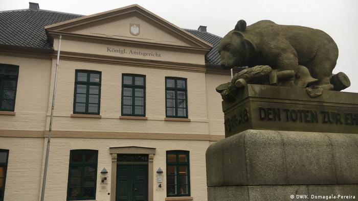 Esens: pomnik ofiar I wojny światowej. Niedźwiedź - symbol tego miasta - opłakuje poległych