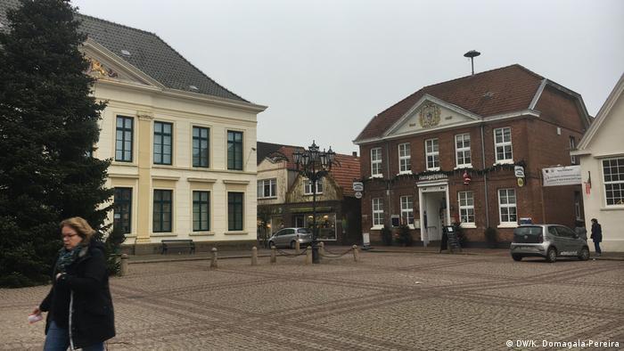 Rynek w Esens. W tych dwóch budynkach mieścił się kiedyś komisariat policji, w którym pracował Eilert Dieken