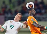 Yaya Touré  (Elfenbeinküste) gegen  Hassen Yebda (Algerien) beim Afrika Cup.  (Foto:ap)