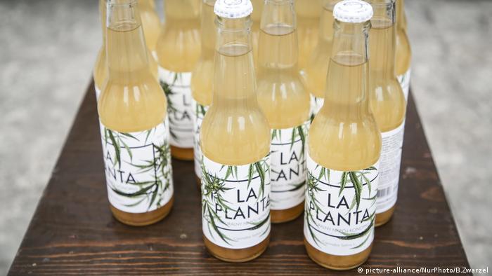 Garrafas de bebida com rótulo La Planta