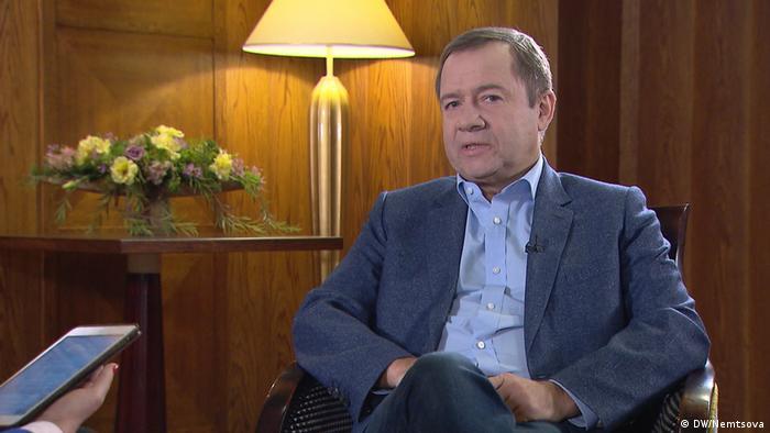 Валентин Юмашев во время интервью Жанне Немцовой