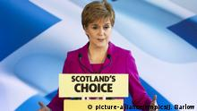 First Minister Nicola Sturgeon delivers a speech to the media (picture-alliance/empics/J. Barlow)