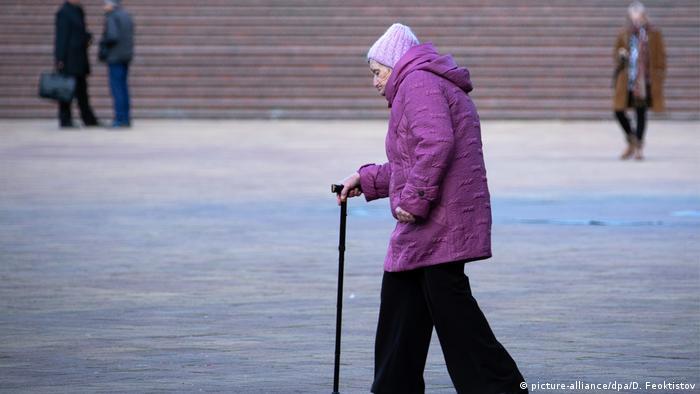 Пожилая женщина с тростью в России