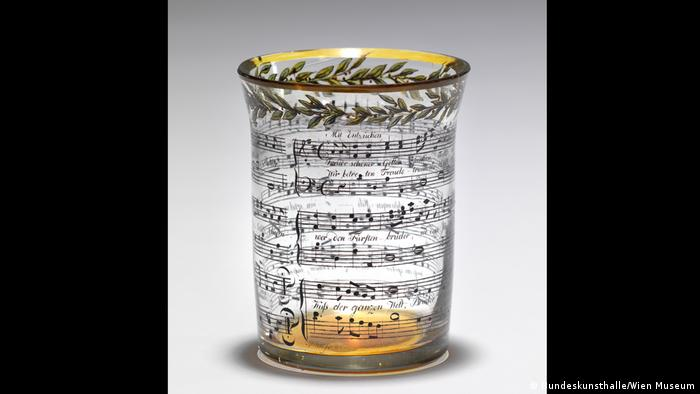 Glass with gold rim and with painted-on musical notation (Bundeskunsthalle/Wien Museum)