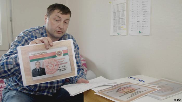 Юрий Гаравский демонстрирует копию одного из документов, подтверждающих его службу в СОБРе МВД Беларуси