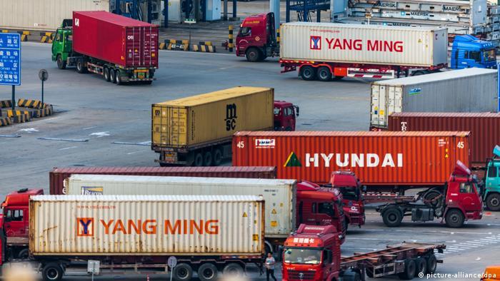 Caminhões no porto de Xangai, na China