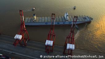 Погрузка контейнеров в порту Шанхая