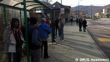 Nach der massiven Kritik an den Zuständen in dem improvisierten Camp an der Grenze zu Kroatien wurden die ersten Bewohner mit Bussen abgeholt. Sie sind in der Nähe von Sarajevo untergebracht. Thema: Migranten in Bosnien Schlagworte: Bosnien, Migranten, Vucja, Sarajevo, Balkanroute, COPYRIGHT?: Samir Huseinovic/DW Korrespondent aus Sarajevo Wann wurde das Bild gemacht?: Dezember Wo wurde das Bild aufgenommen? Sarajevo