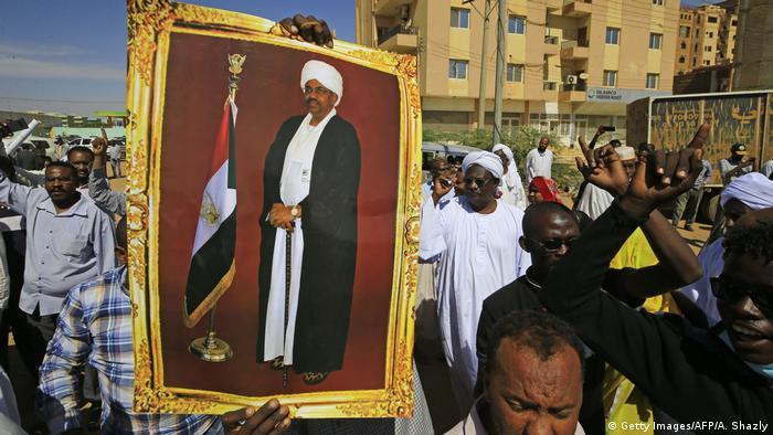 بعض أنصار الرئيس السابق البشير يتظاهرون في الخرطوم لدعمه (ديسمبر 2019)
