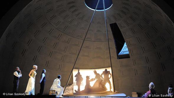 Сцена из спектакля в Боннской опере