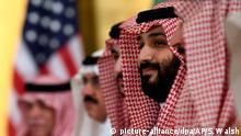 29.06.2019, Japan, Osaka: Kronprinz Mohammed bin Salman von Saudi-Arabien hört während seines Treffens mit US-Präsident Trump während eines Arbeitsfrühstücks am Rande des G-20-Gipfels zu. Foto: Susan Walsh/AP/dpa +++ dpa-Bildfunk +++