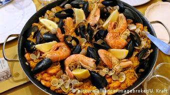 Paella z owocami morza pojawia się na stole Hiszpanów także w święta
