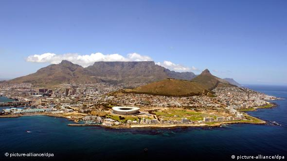 Kapstadt am Atlantik mit Tafelberg und WM-Stadion (Foto: dpa)