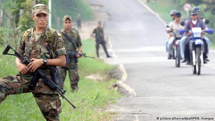 Soldados colombiamos patruyando las calles de Puajil, cerca de Caqueta, en Colombia.