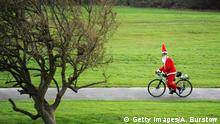BdTD Großbritannien vor Darts-WM | Radfahrer in Weihnachtsmannkostüm