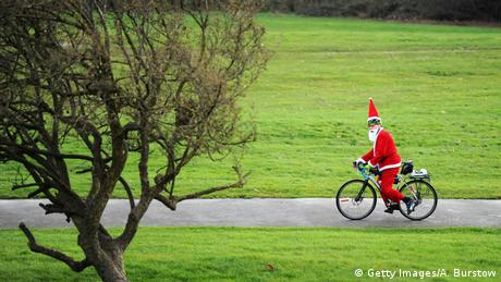 Snimljeno u Velikoj Britaniji. Park Aleksandra kraj Londona. Razne manifestacije pred kraj godine odnosno Božić - su i prilika da se obuče kostim Djeda Mraza. Nema veze što snijega nema ni u najavi meteorologa.