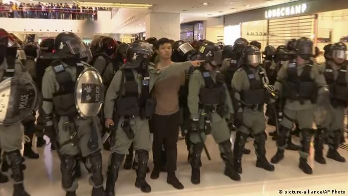 Polícia prende manifestante dentro de shopping em Hong Kong