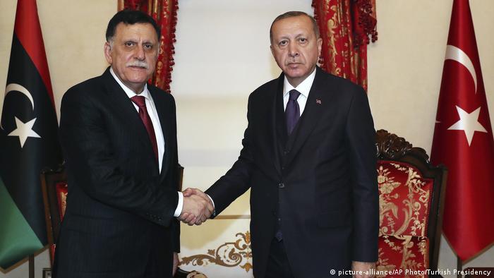 الرئيس التركي رجب طيب أردوغان مع رئيس حكومة الوفاق الليبي فايز السراج.