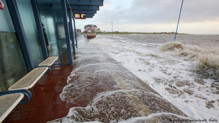 Aquí en Dagebüll una trayecto del tren que recorre la región norte de Schleswig-Holstein a orillas del Mar del Norte, quedó prácticamente bajo el agua tras una tormenta.