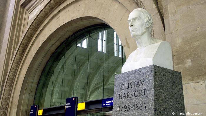 Alfred Lehnerts Büste des Eisenbahnpioniers Gustav Harkort am Leipziger Hauptbahnhof