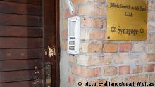 10.10.2019, Sachsen-Anhalt, Halle: Die Tür der Synagoge in Halle weist Spuren von Beschuss auf. Bei Angriffen mitten in Halle an der Saale in Sachsen-Anhalt sind gestern vor einer Synagoge und in einem Döner-Imbiss zwei Menschen erschossen worden. Foto: Jan Woitas/dpa-Zentralbild/dpa +++ dpa-Bildfunk +++   Verwendung weltweit