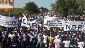 Des manifestants exigent le départ du président Adama Barrow dans les rues de Banjul le 16 décembre 2019