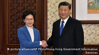 China Peking   Carrie Lam, Regierungschefin Hong Kong & Xi Jinping, Präsident (picture-alliance/AP Photo/Hong Kong Government Information Services)
