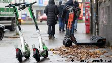 E-Scooter stehen auf einem Gehweg 06.12.2019, DEU, Deutschland, Hamburg: E-Scooter stehen auf einem Gehweg an den Landungsbrücken in Hamburg. Hamburg Hamburg Deutschland *** E Scooters standing on a sidewalk 06 12 2019, DEU, Germany, Hamburg E Scooters standing on a sidewalk at the Landungsbrücken in Hamburg Hamburg Hamburg Germany