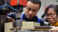 Deutschland ymbolbild Junge Ausländer bei Ausbildungsbeginn