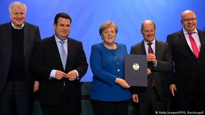 Kanclerz Angela Merkel i minister finansów Olaf Scholz prezentuja projekt ustawy o rekrutacji fachowców z zagranicy, 16.12.2019.